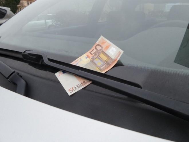 Vigyázzon, ha pénzt talál a szélvédőjén! Új csalási módszer van terjedőben!