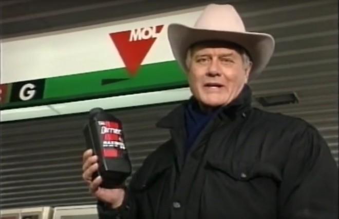 Napi büntetés! Az megvan, hogy Jockey Ewing a MOL-t reklámozza?