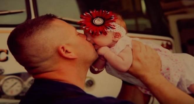 A kislányt egy tűzoltó segített világra, de ezután hihetetlen dolog történt!