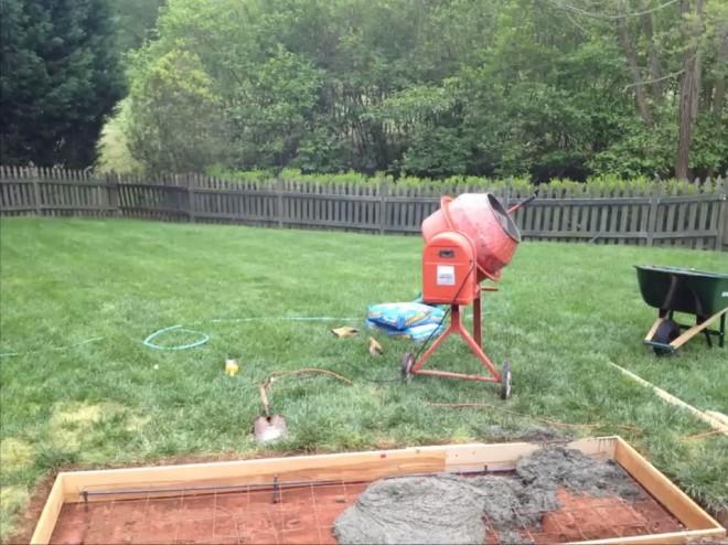 A feleség nem értette miért betonoz a párja a kertben. Mikor meglátta...
