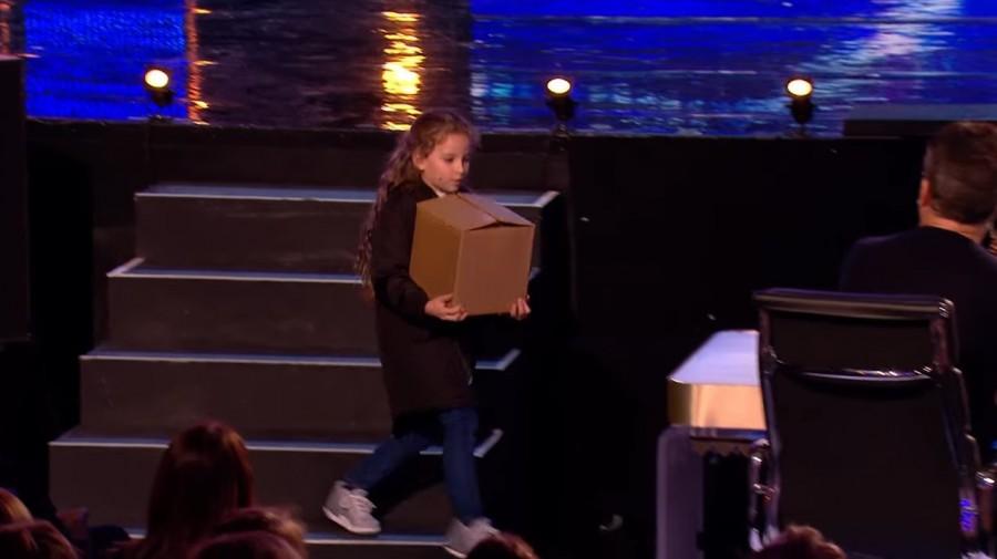 A kislány egy dobozt visz a zsűrinek, amit aztán csinál azt nem akarjuk elhinni!