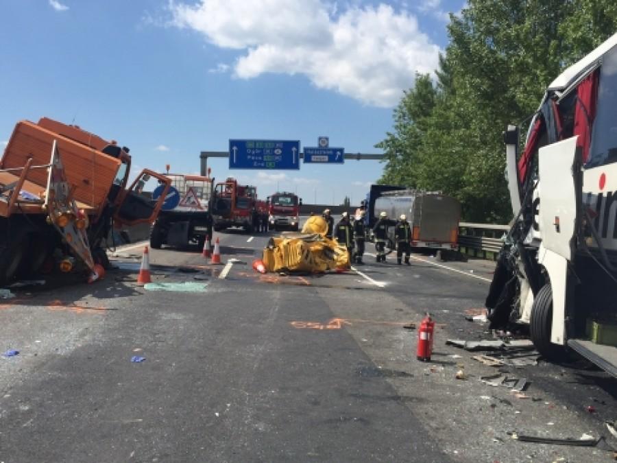 Képek az M0-son történt busz tragédiájáról!