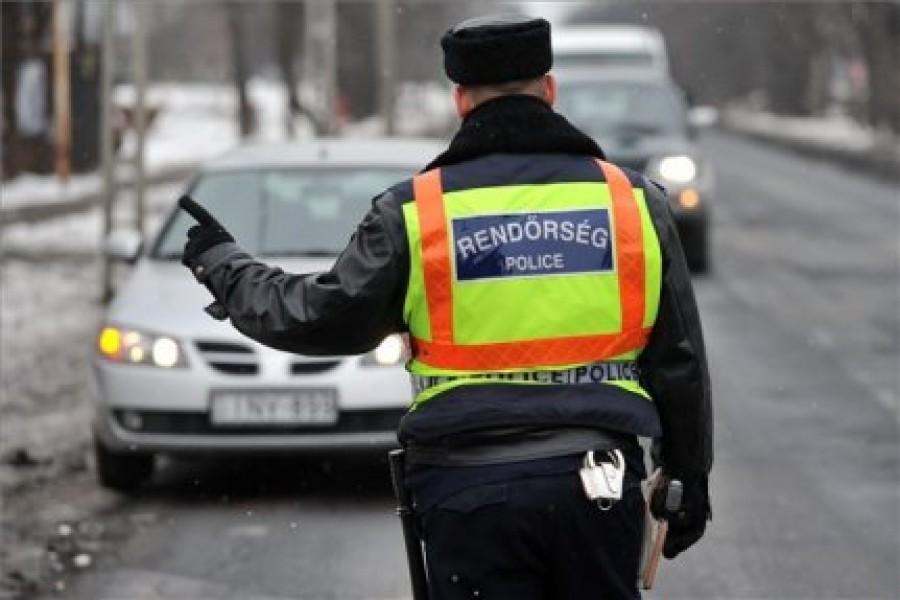 Nem hittük el, hogy a rendőrök mit csináltak Tatabányán a tilosban álló autóval!