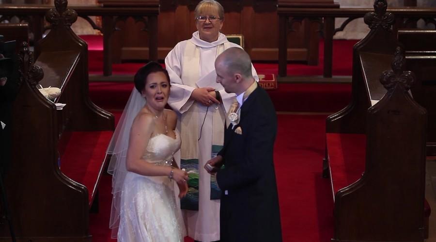 A vőlegény hirtelen megszakítja a szertartást és megkéri a menyasszonyt, hogy forduljon meg, a nő sírásban tör ki!