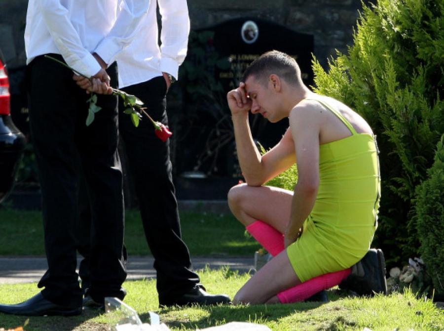 Nem értették miért ment a katona bajtársa temetésére női ruhában!