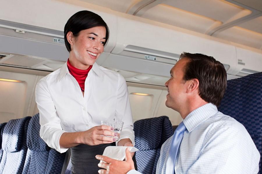 Nem gondoltad volna! A stewardessek elárulták, mit ne igyál soha sem a repülőkön!