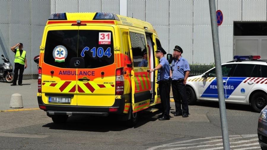 Tűző napon hagyott autóból, gyermeket mentettek ki a rendőrök Budapesten!