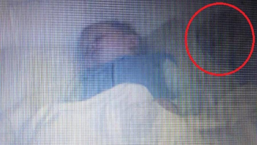 Szellemet fotózott a baba kamera az alvó kisfiú mellett!