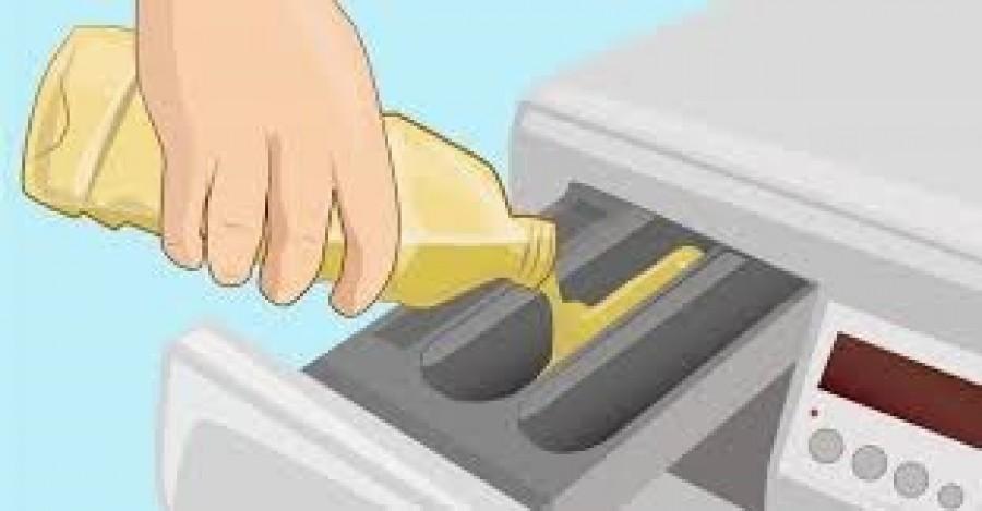 Nem hiszed el, hogy mit öntött a mosógépbe! Azóta szebb, tisztább és illatosabbak a ruhái!