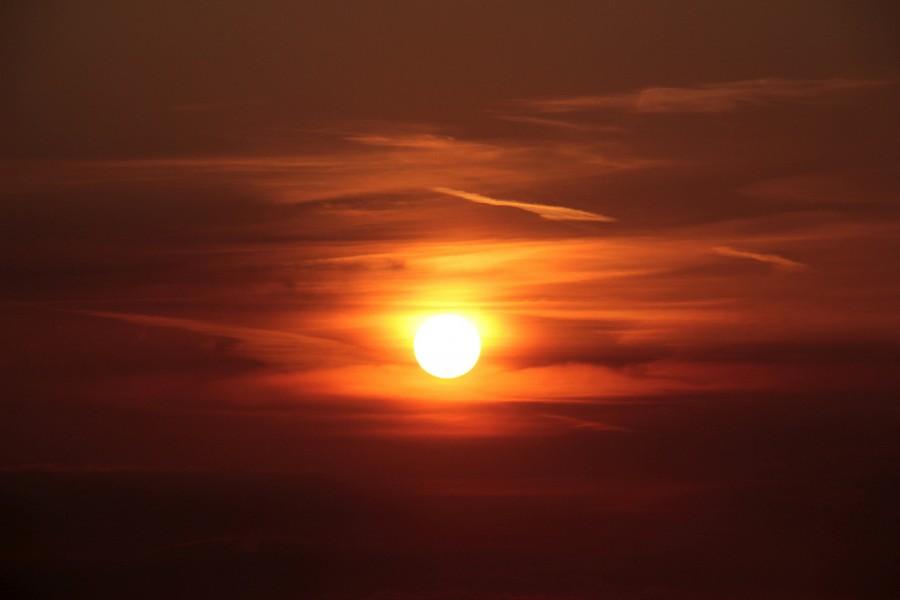 Láttad? Fura folt jelent meg az égbolton a Nap mellett!