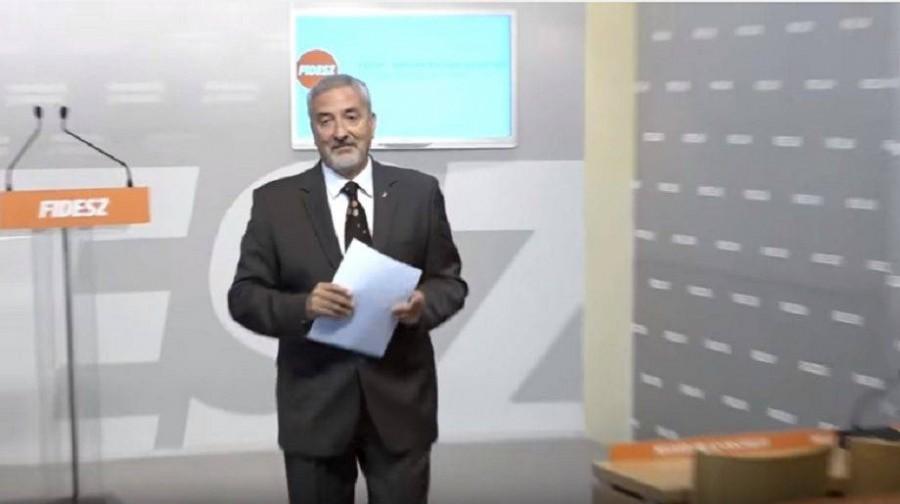 Megsértődött és elviharzott sajtótájékoztatójáról a Fidesz-frakció szóvivője