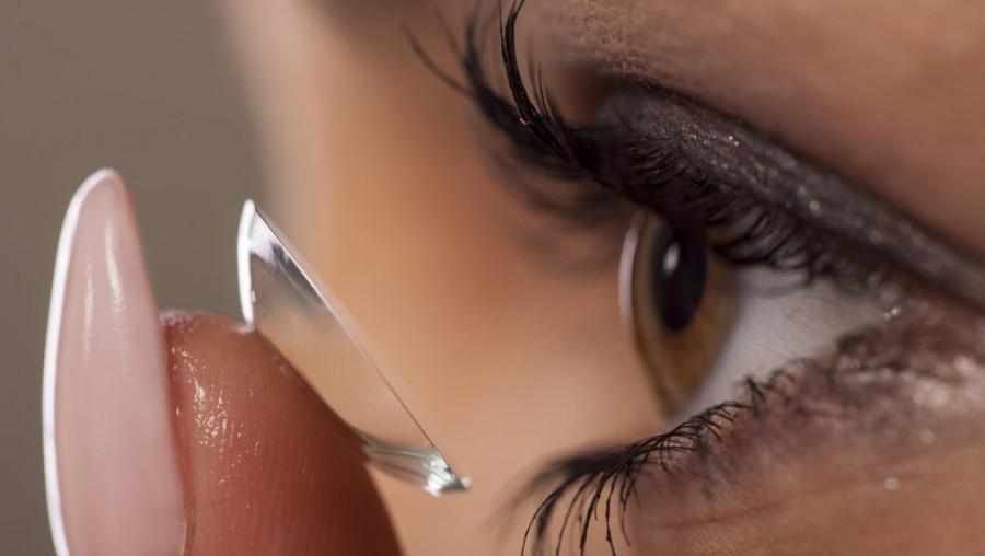 Hihetetlen, de ennek a nőnek a szemében 27 darab kontaktlenycsét találtak!