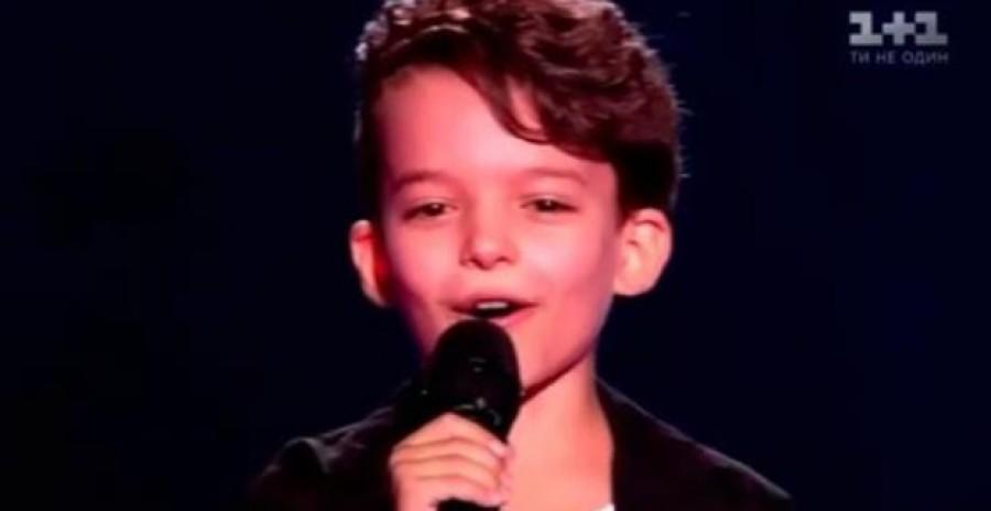 Amit ez a kisfiú a színpadon énekelt attól elállt az emberek szava!