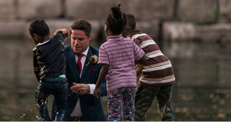 A vőlegény esküvői fotózása közben mentette ki a fuldokló gyereket!