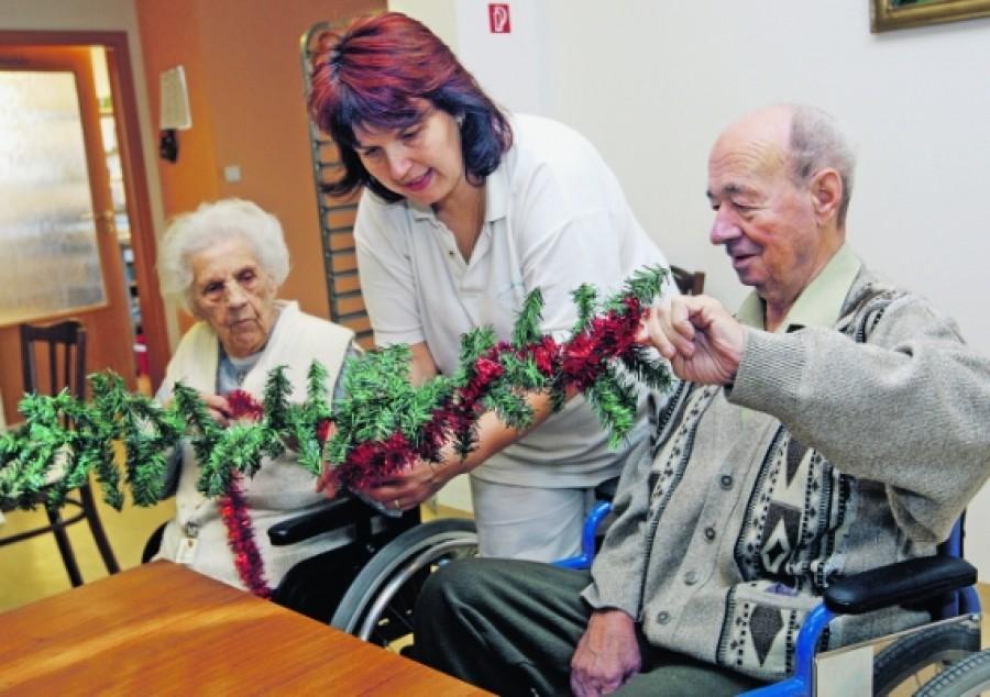 Karácsony előtt jól járnak a nyugdíjasok: Ekkor kapják a plusz pénzt!