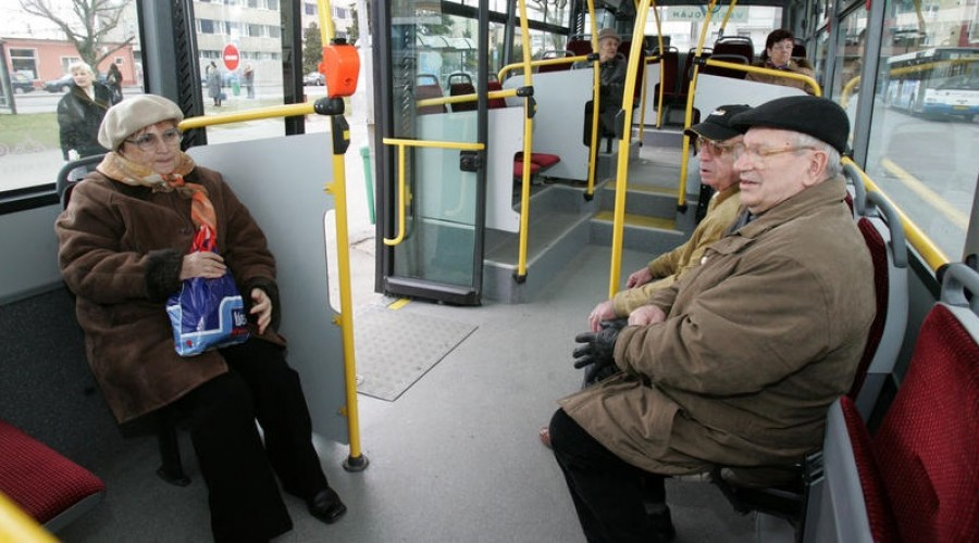 Ne lepődjenek meg a 65 év felettiek ha hamarosan nem viszi el őket ingyen a busz!