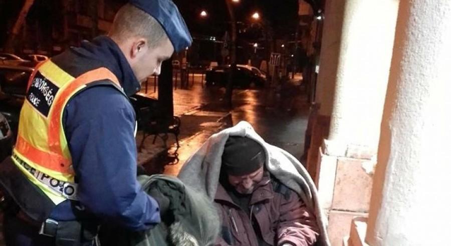 Nem fogod elhinni, mit csináltak a rendőrök az idős bácsival!