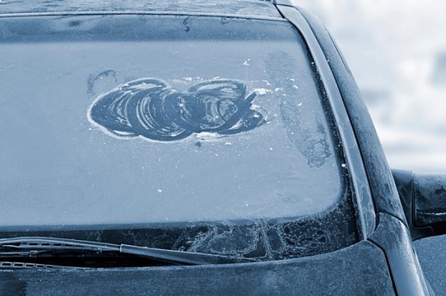 Így takarítsd le a jeget az autódról pár másodperc alatt!