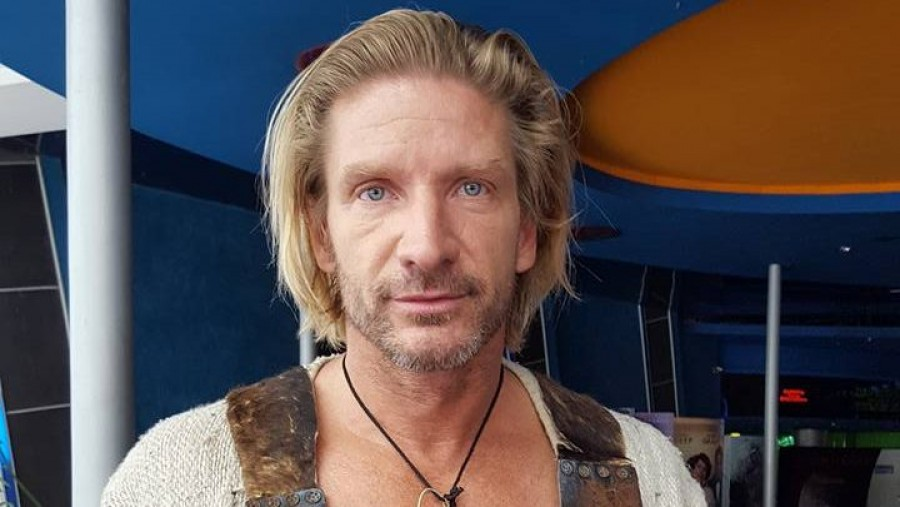 A hazaérkező Pintér Tibor hiába várta barátnőjét a reptérre! A színész így reagált!