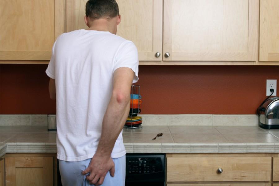 12 gusztustalan dolog, amit minden férfi csinál ha nem látja a párja!