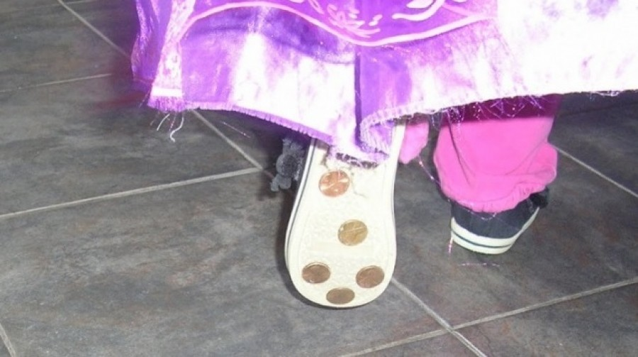Az anyuka néhány pénzérmét ragasztott gyermeke cipőjére. Mikor elmondta miért én is megcsináltam!